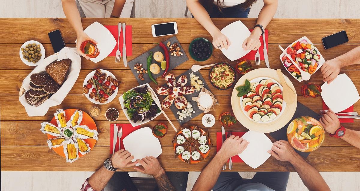 Codul bunelor maniere la masă ne învață cum să mâncăm corect atunci când suntem în vizită la cineva și ce să nu facem la masă.