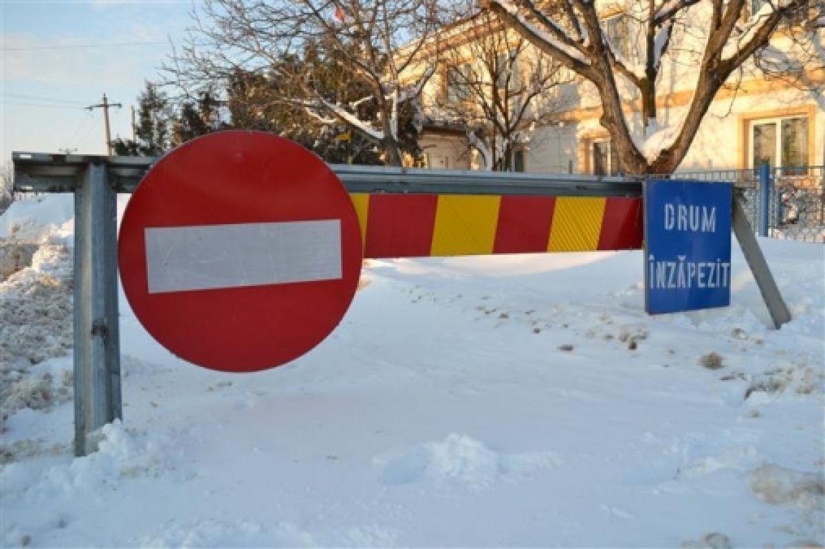 Sunt mai multe drumuri închise la această oră, din cauza viscolului care a lovit România, transmite centrul Infotrafic din cadrul Poliției Române.