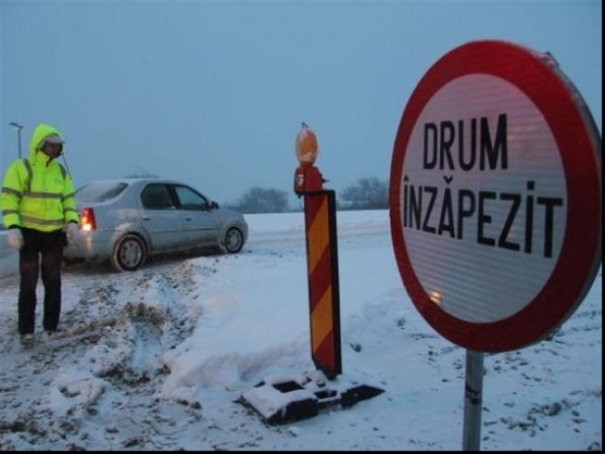 Mai multe drumuri sunt închise sâmbătă, din cauza zăpezii și viscolului. Pe alte segmente de șosele, traficul s-a reluat.