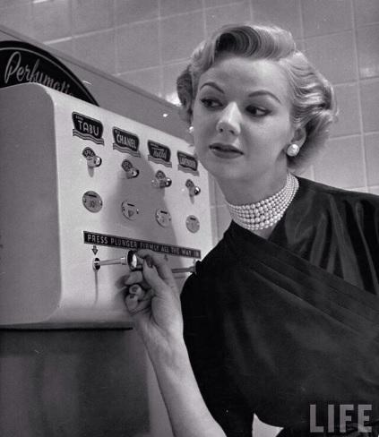 În anii '50 farmecul avea un rol important. Camerele doamnelor au avut chiar și dozatoare de parfum ... Chanel!