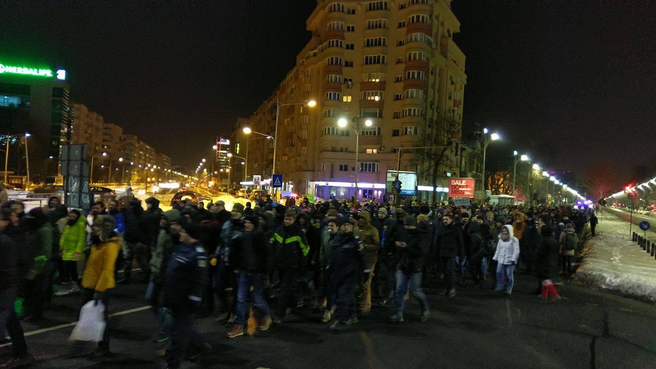 Protest în Piața Universității din București, în seara de 24 ianuarie. Oamenii scandează împotriva modificărilor codului penal, anunțate de PSD.