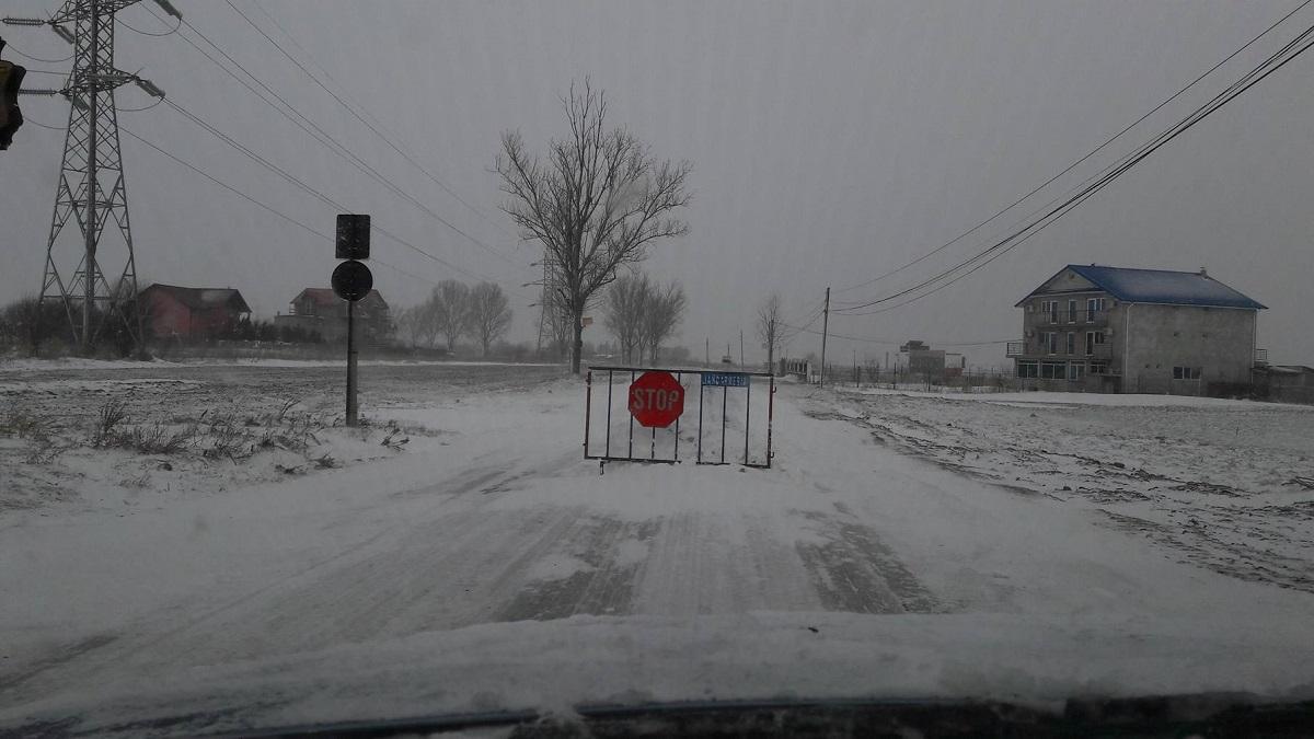 Centrul Infotrafic a anunțat că traficul rutier a fost oprit între Șoseaua de Centură (județul Ilfov) și DN 4 (județul Călărași) , din cauza viscolului.