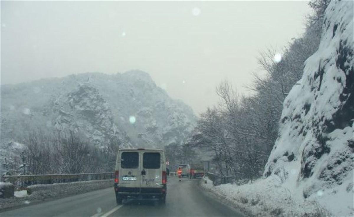Traficul este blocat pe Valea Oltului, vineri, după ce a căzut zăpadă pe carosabil de pe versanți. Drumarii încearcă să curețe șoseaua.