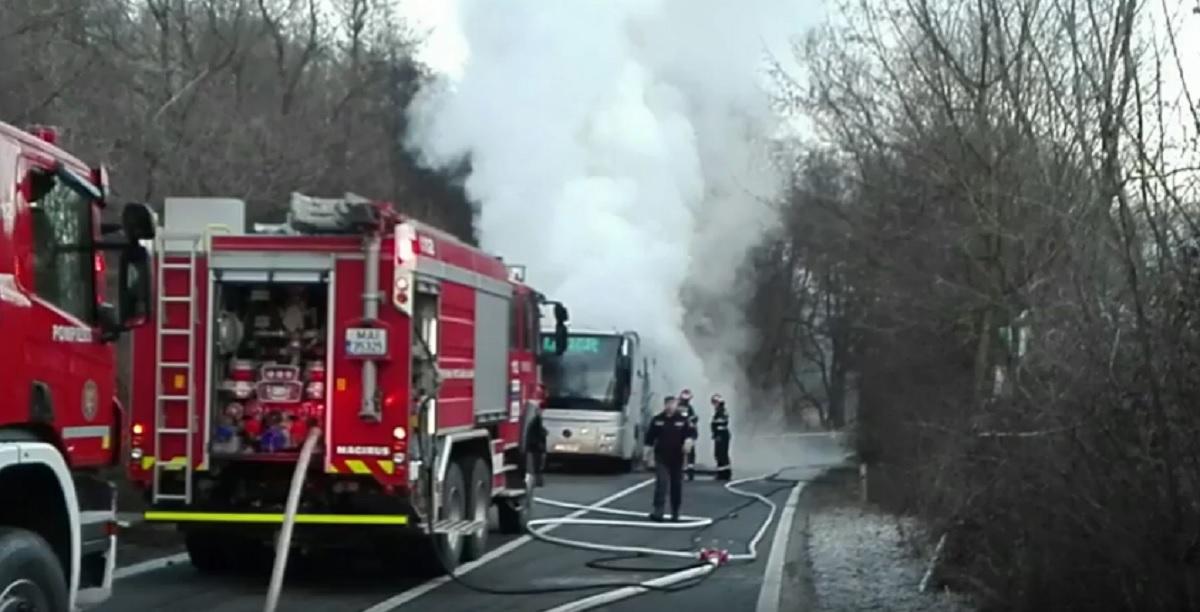 Un autocar a luat foc între Reșița și Caransebeș, duminică, 26 februarie. În interior se aflau 17 persoane.