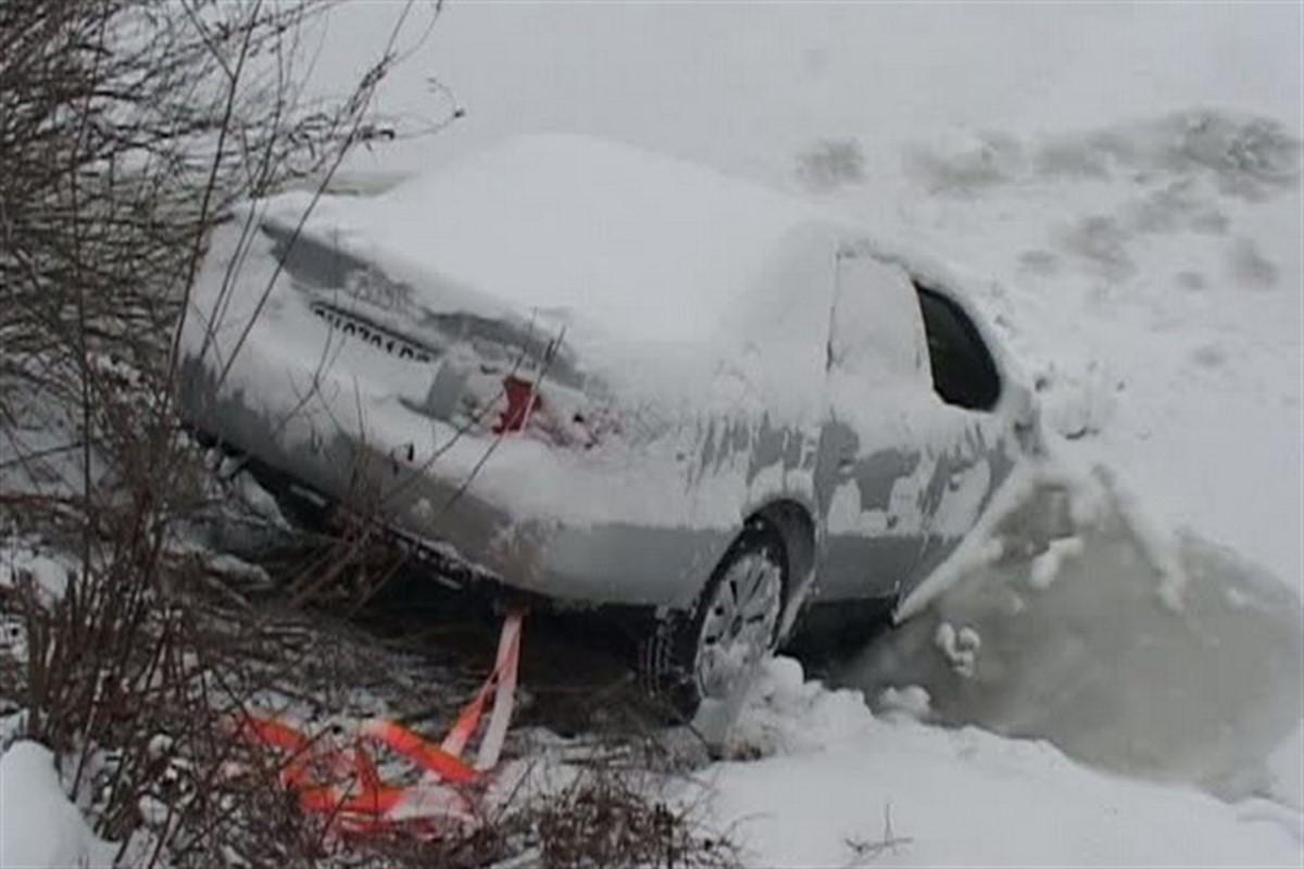 Accident pe DN 7, în județul Vâlcea. Doi oameni au fost răniți, după ce o camionetă s-a răsturnat în afara drumului.