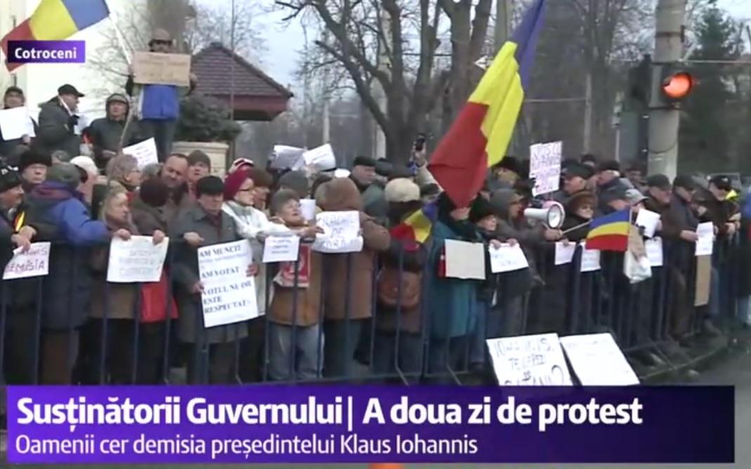 Protest la Cotroceni, luni, 6 februarie. Câteva sute de persoane, majoritatea pensionari, cer demisia lui Klaus Iohannis.