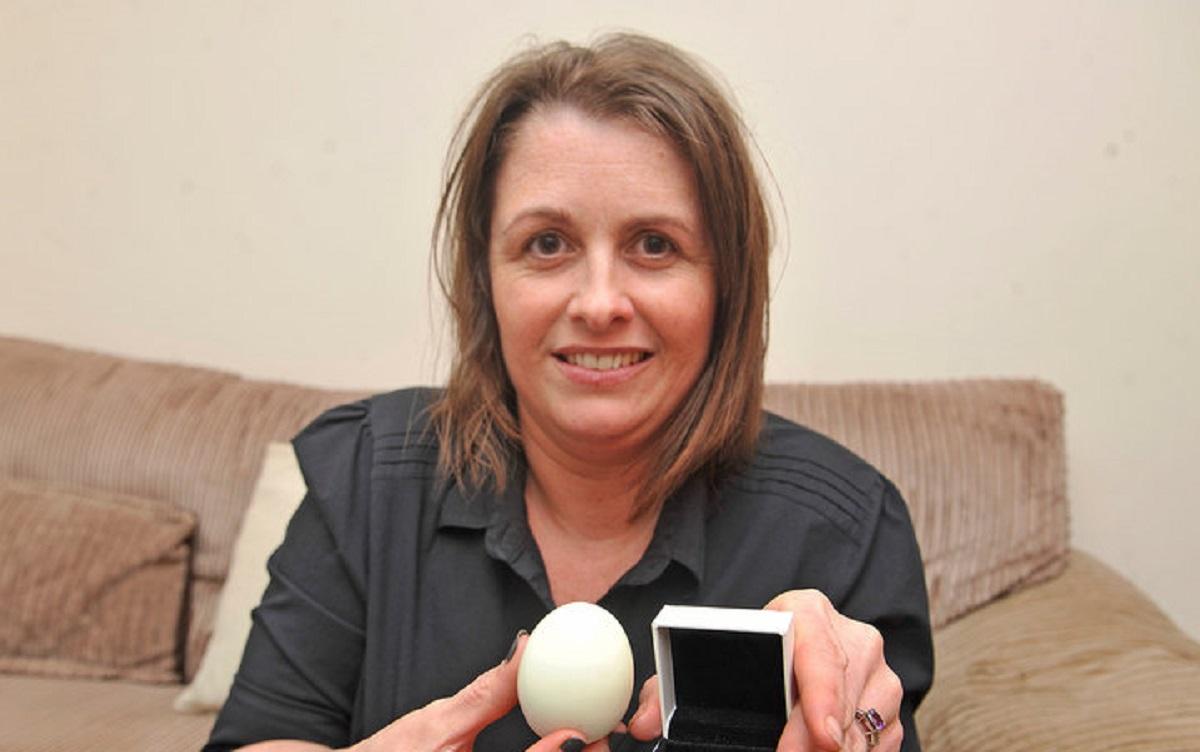 O femeie a făcut o descoperire șocantă într-un ou, pe care l-a cumpărat de la magazin. După ce l-a fiert, ea a găsit...
