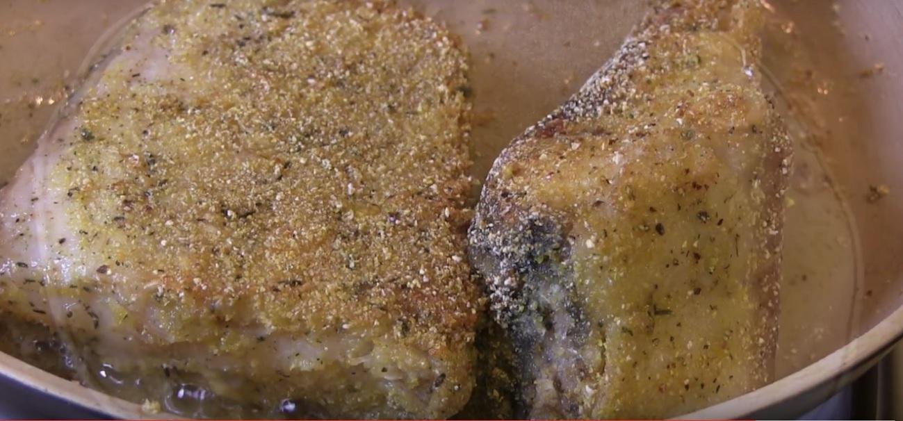 Cea mai bună rețetă de pește prăjit cu un sos de roșii cu un ingredient secret. O rețetă delicioasă pentru zilele cu dezlegare la pește.