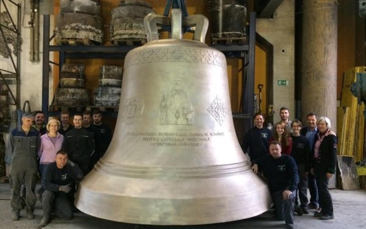 Clopotul cu chipul Patriarhului Daniel, care va răsuna la Catedrala Neamului, va ajunge în țară pe 15 mai. Piesa a costat aproape...