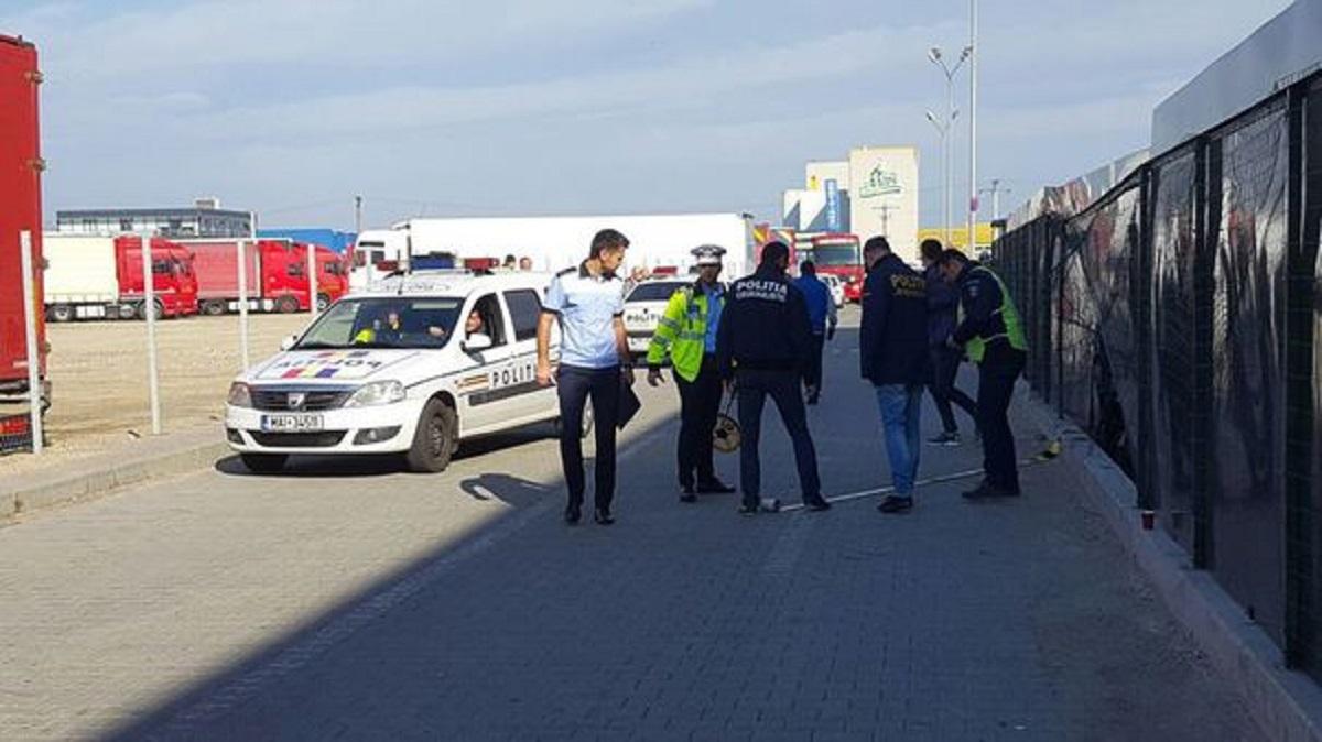 Tânărul din Argeș, care a intrat cu mașina într-un grup de oameni, din parcarea unei societăți comerciale, a fost arestat.