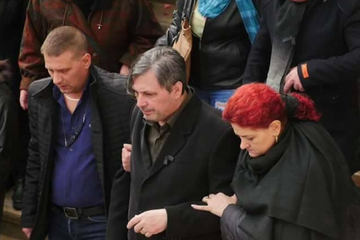 Cornel Galeș s-a dus la mormântul soției sale de Paște. El a venit cu un buchet mare de flori la Cimitirul Străulești.