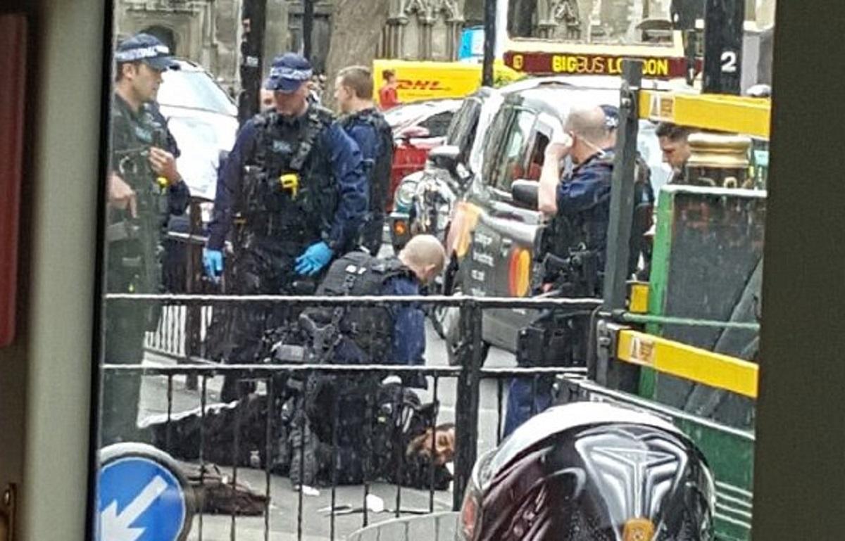 Un bărbat înarmat cu cuțit a fost arestat de polițiști în Londra, în apropiere de Parlamentul britanic.