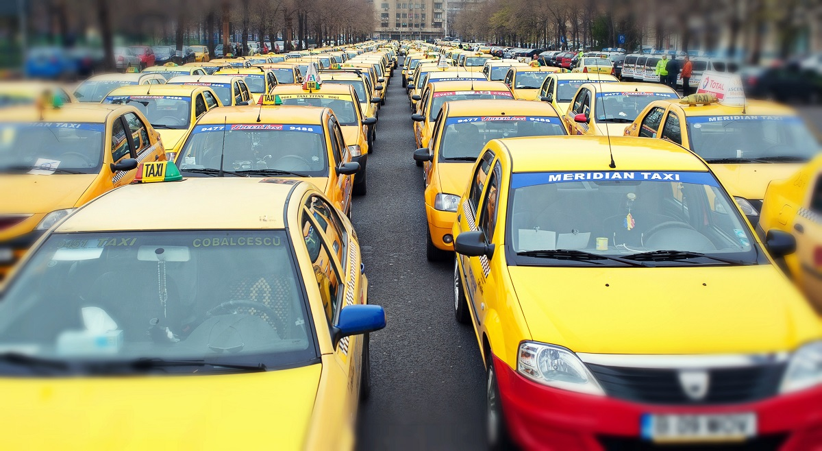 Mai mulți taximetriști și transportatori participă miercuri, 26 aprilie, la o acțiune de protest în fața Guvernului.