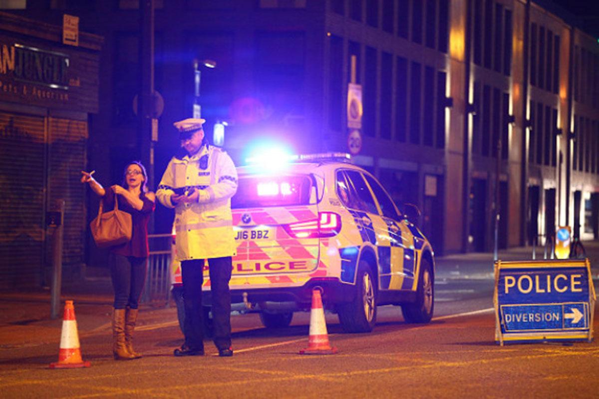 19 morţi şi 50 de răniţi în Manchester. Premierul britanic nu exclude posibilitatea unui atentat