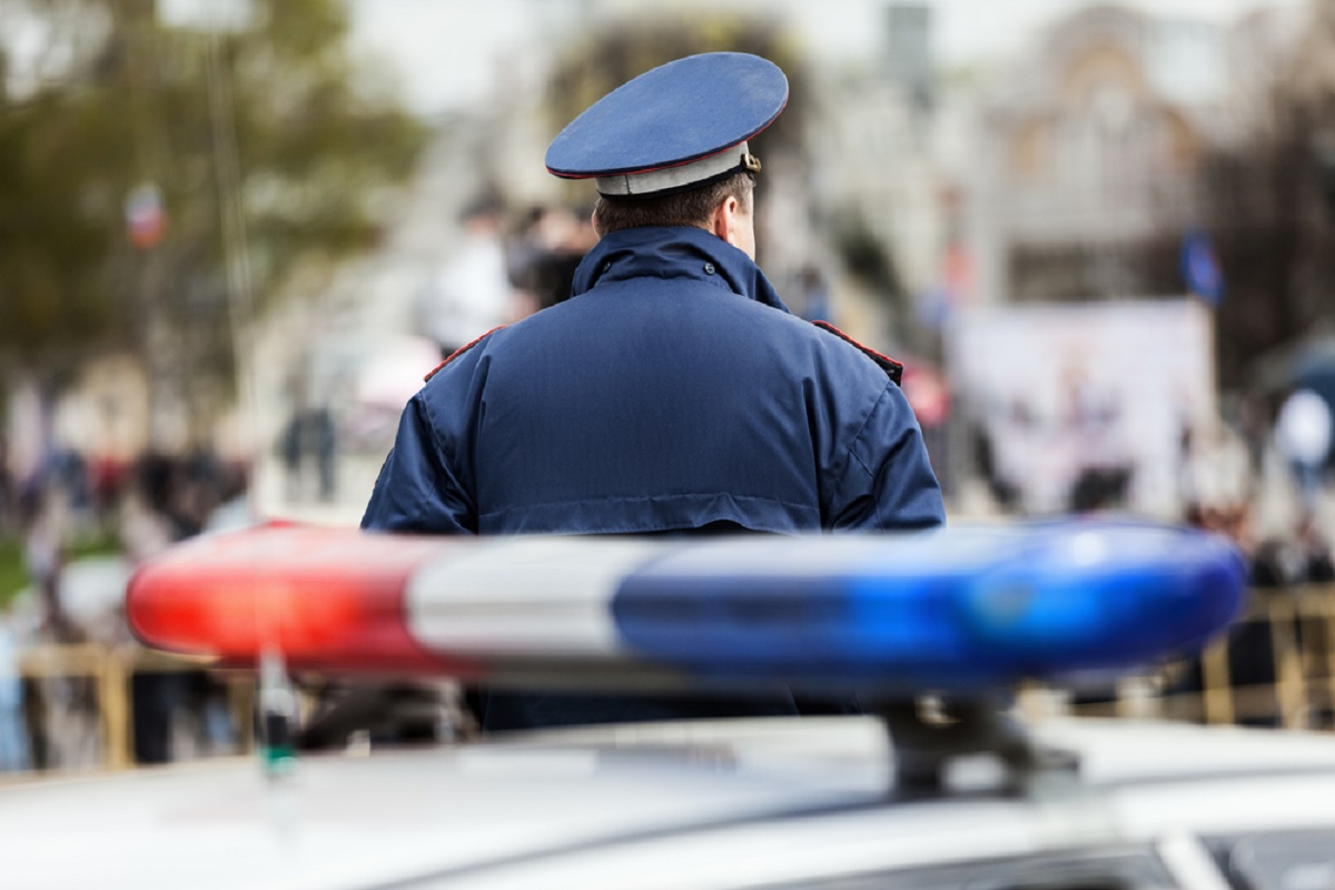 Află care este motivul surprinzător pentru care polițiștii ating farurile mașinii atunci când îi opresc pe șoferi.