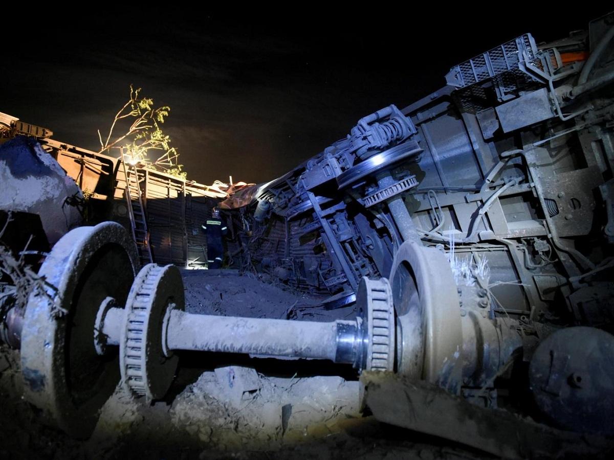 Accident feroviar grav în Grecia. Un tren a deraiat de pe șine, iar oamenii de disperați au sărit pe geam. Nu se știe cauza.
