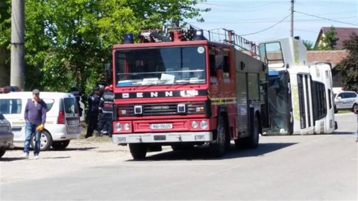 Un camion s-a răsturnat peste trecători la Salonta. O fetiță și bunica acesteia și-au pierdut viața.