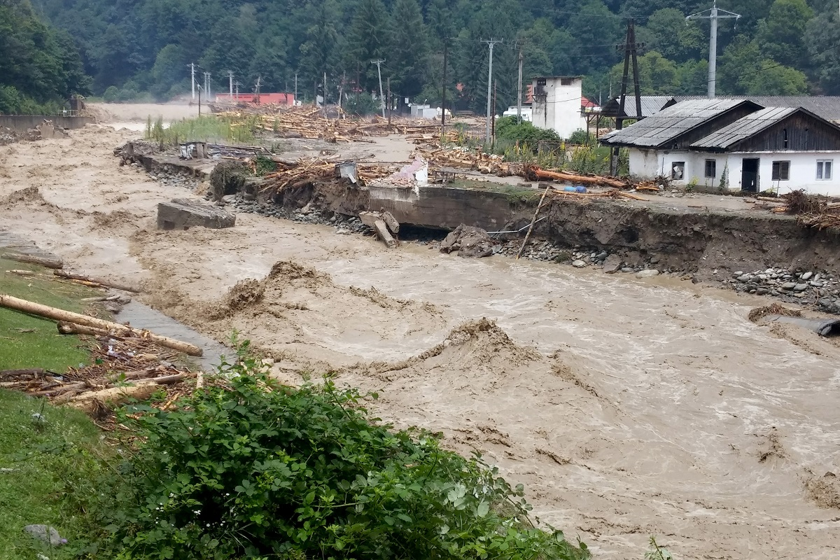 Sunt mai multe zone din România în care au fost semnalate inundații. Pompierii au fost solicitați să intervină.