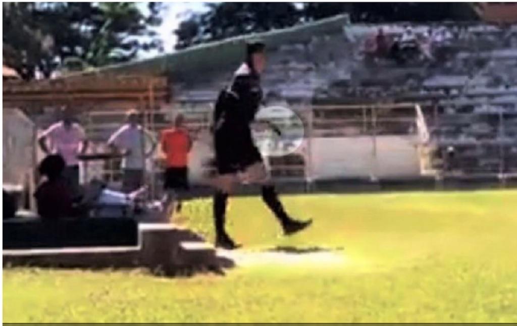 Scene șocante pe un teren de fotbal! Arbitrul a scos un pistol și...