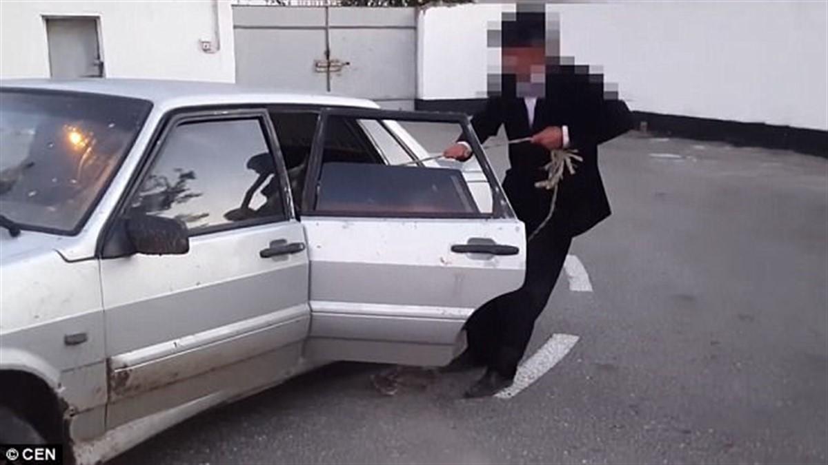 Polițiștii care au oprit o mașină Lada argintie, deosebit de veche, aflată într-o stare deplorabilă, au avut un moment de uluire în momentul în care au oprit autoturismul.