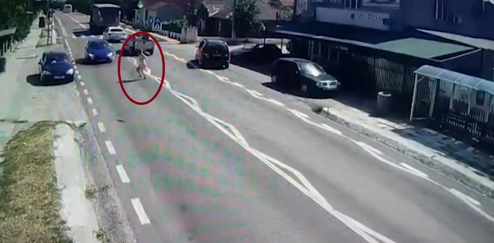 Accident grav! Tânără spulberată de o mașină pe drum!