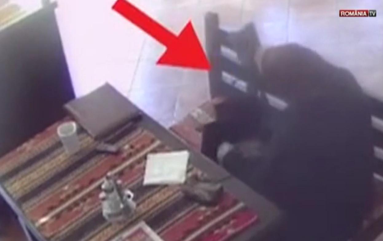 O bătrână din România a intrat într-un restaurant și a văzut un portofel pe un scaun. După câteva secunde...
