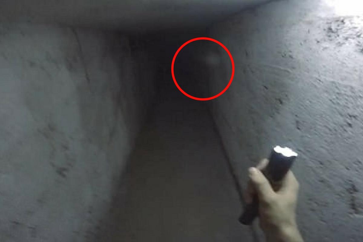 Se plimba liniștit când a dat peste un bloc ciudat. Când a văzut ce era înăuntrul lui, a filmat imediat!