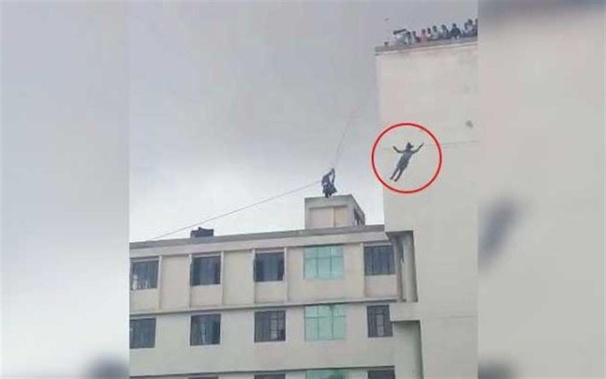 A căzut de la 20 de metri, chiar sub ochii tatălui său! Ce făcea bărbatul în acest timp!