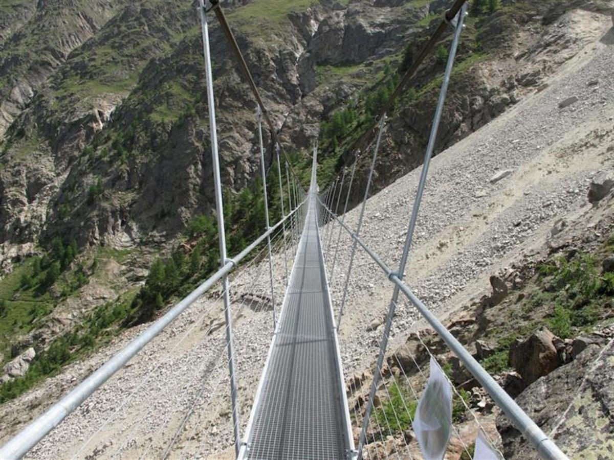 Cel mai lung pod pietonal din lume a fost inaugurat! Ai avea curajul să mergi pe el?