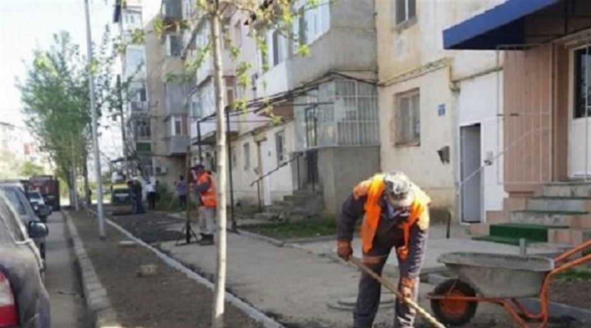 Bătaie de joc! Iată cum se asfaltează drumurile în România!