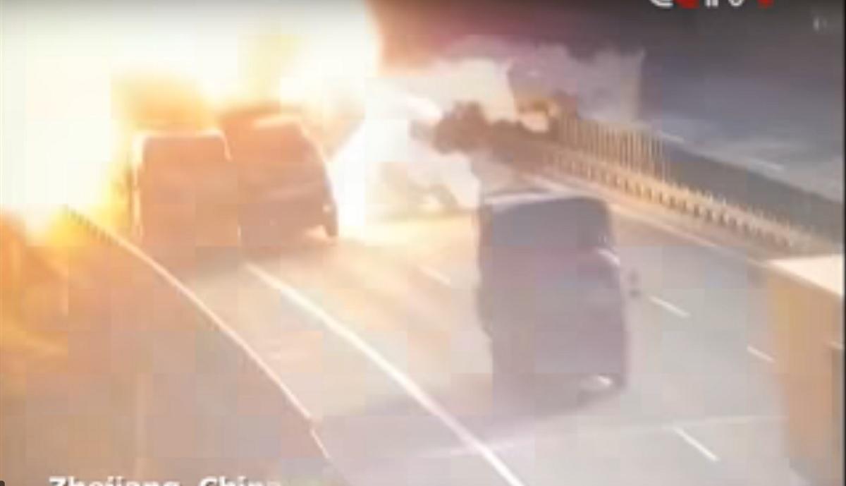 Un camion a explodat pe autostradă! Cum s-a produs EXPLOZIA