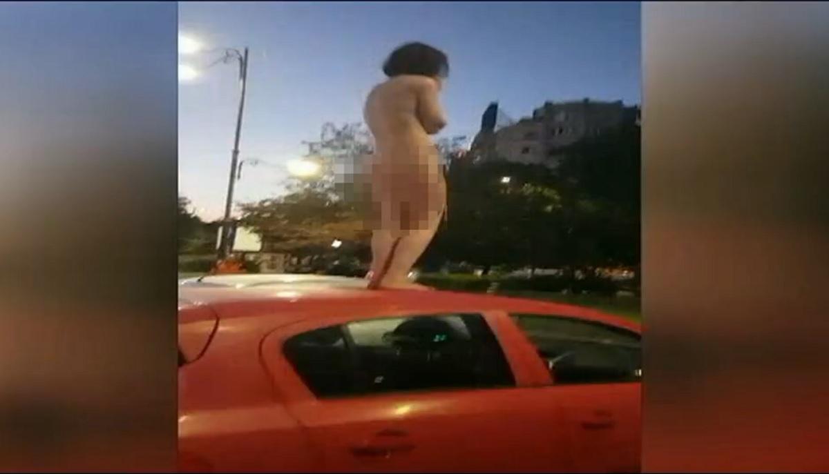 A stat dezbrăcată pe mașină în mijlocul Bucureștiului! Ce i-au făcut jandarmii!