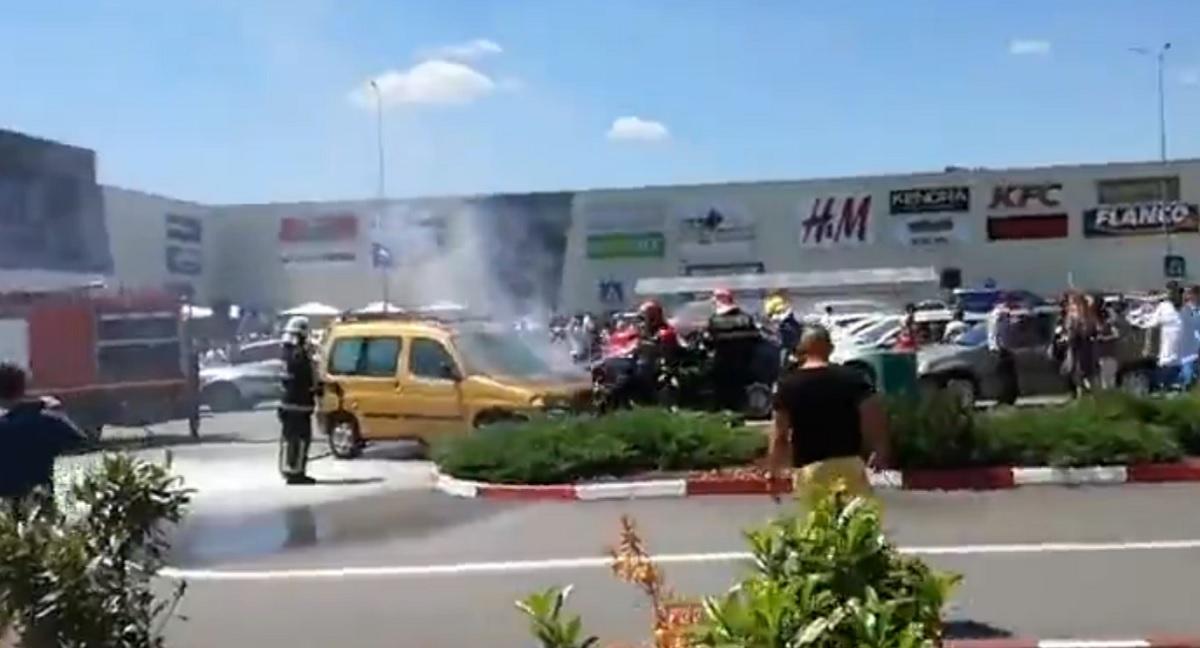 O mașină a luat foc într-o parcare! Pompierii au intervenit!