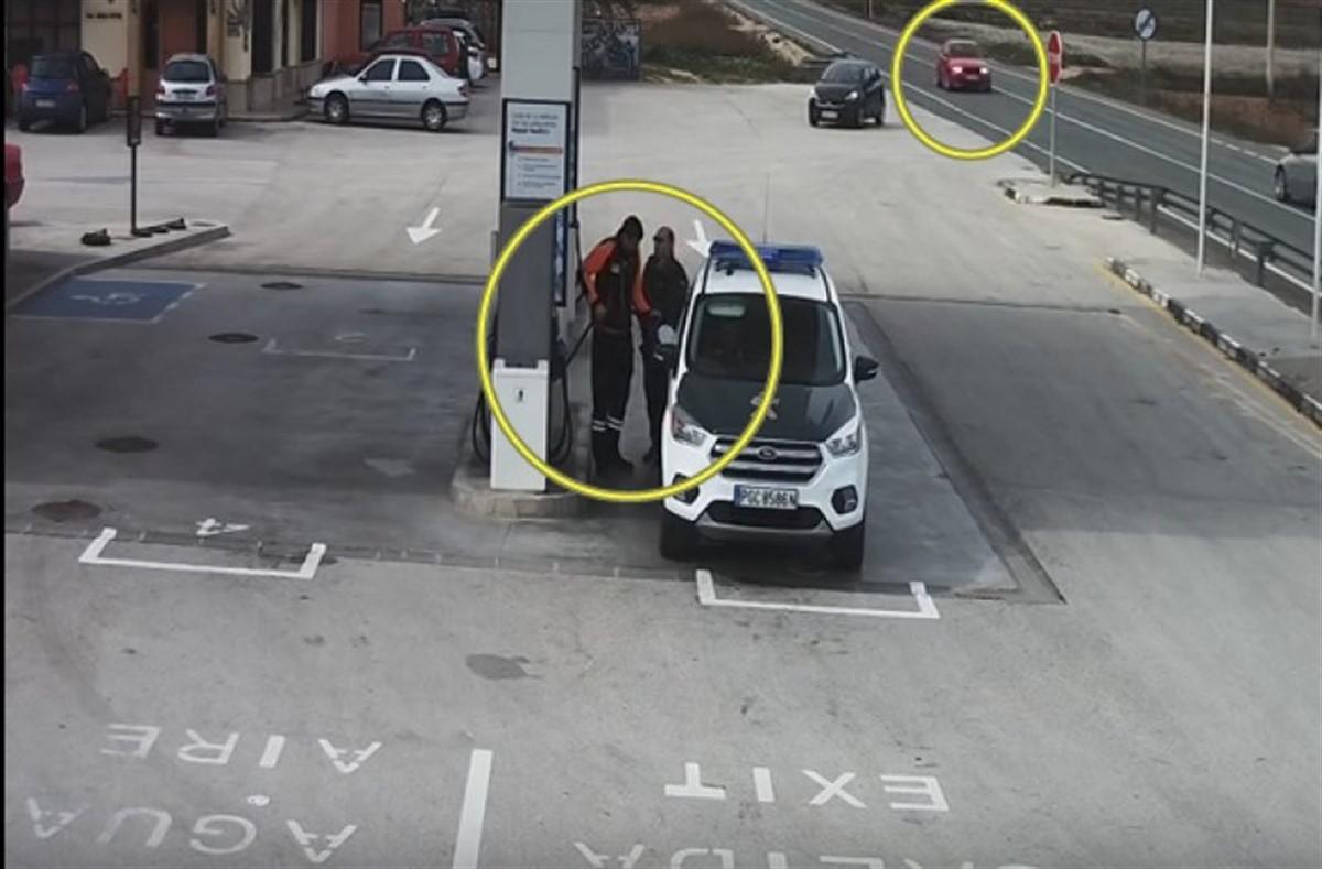Urmărește cu atenție mașina roșie din imagine și vei vedea ce s-a petrecut în această benzinărie
