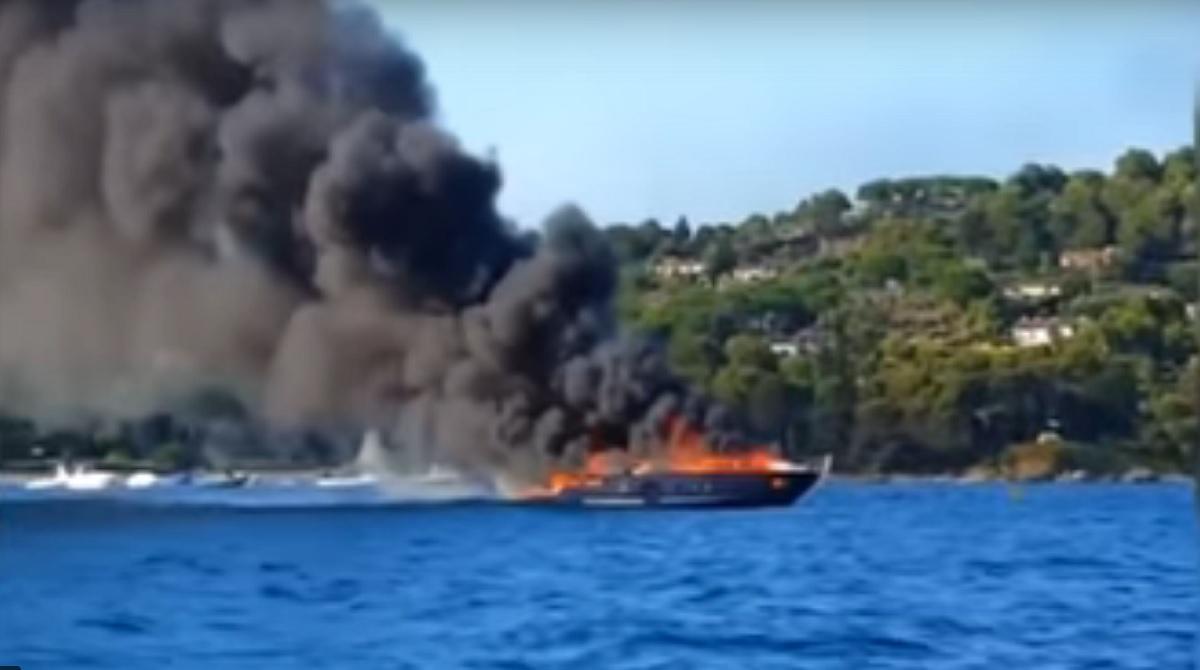 TEROARE la malul mării! O ambarcațiune a luat foc sub privire șocate ale turiștilor!