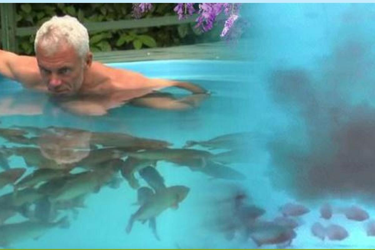 A lăsat camera să filmeze și a intrat într-o piscină plină cu pești carnivori piranha. După câteva secunde...