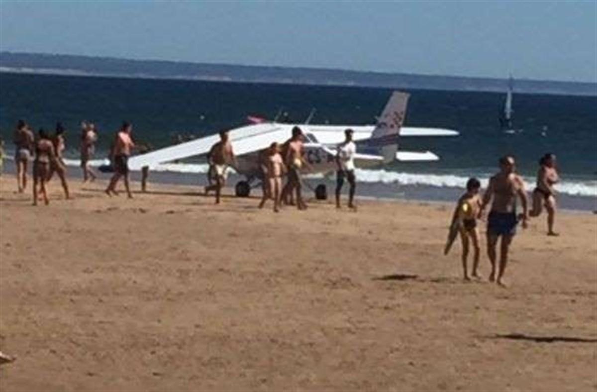 Doi morți, după ce un avion a aterizat de urgență pe o plajă!