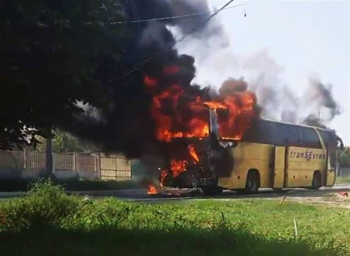 Autobuzul în care se aflau a luat foc! Ce s-a întâmplat!