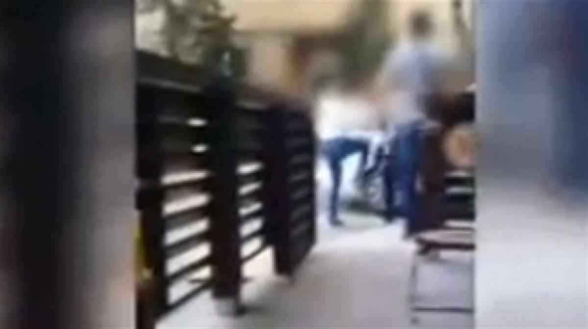 Două adolescente s-au luat la bătaie pe stradă, în Năvodari. Imaginile au fost filmate si postate pe Internet!