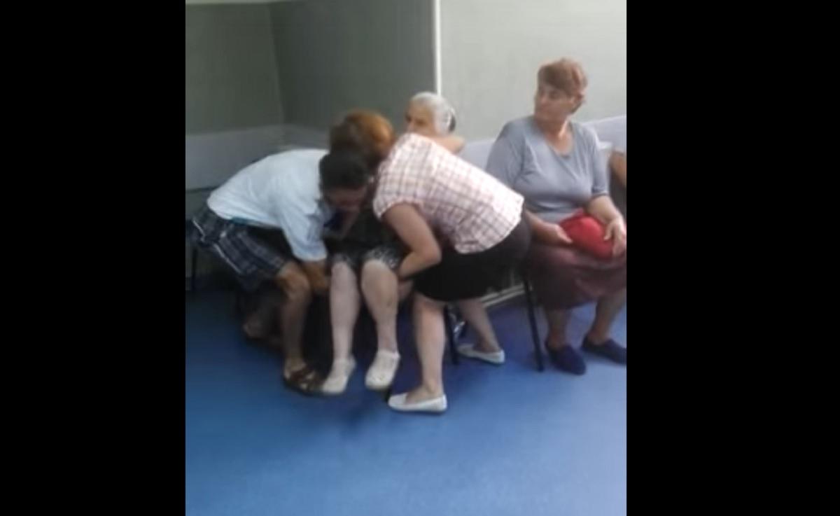 Scene halucinante pe holurile unui spital din România. O bătrână a leșinat, iar imediat s-a declanșat haosul!
