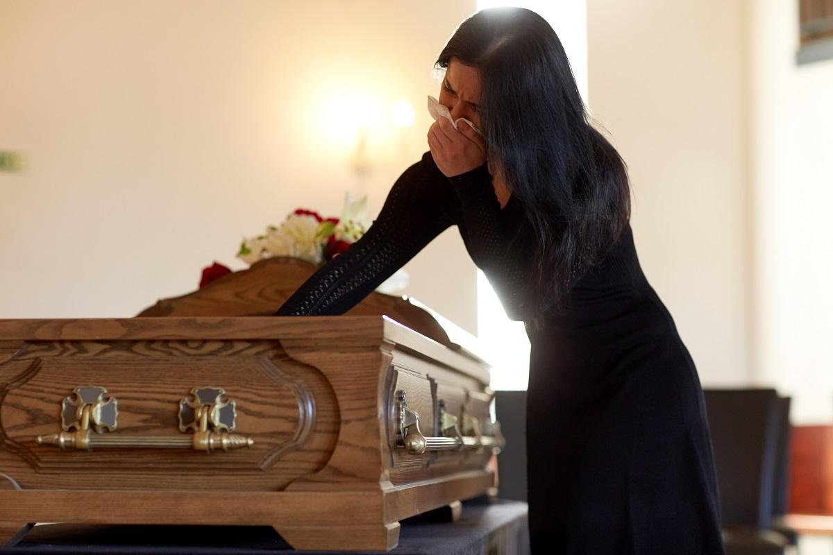Fiul ei a murit, iar ea s-a dus să-l îngroape. Pe drumul către casă, a primit un bilet de la un străin. L-a citit și a izbucnit în plâns...