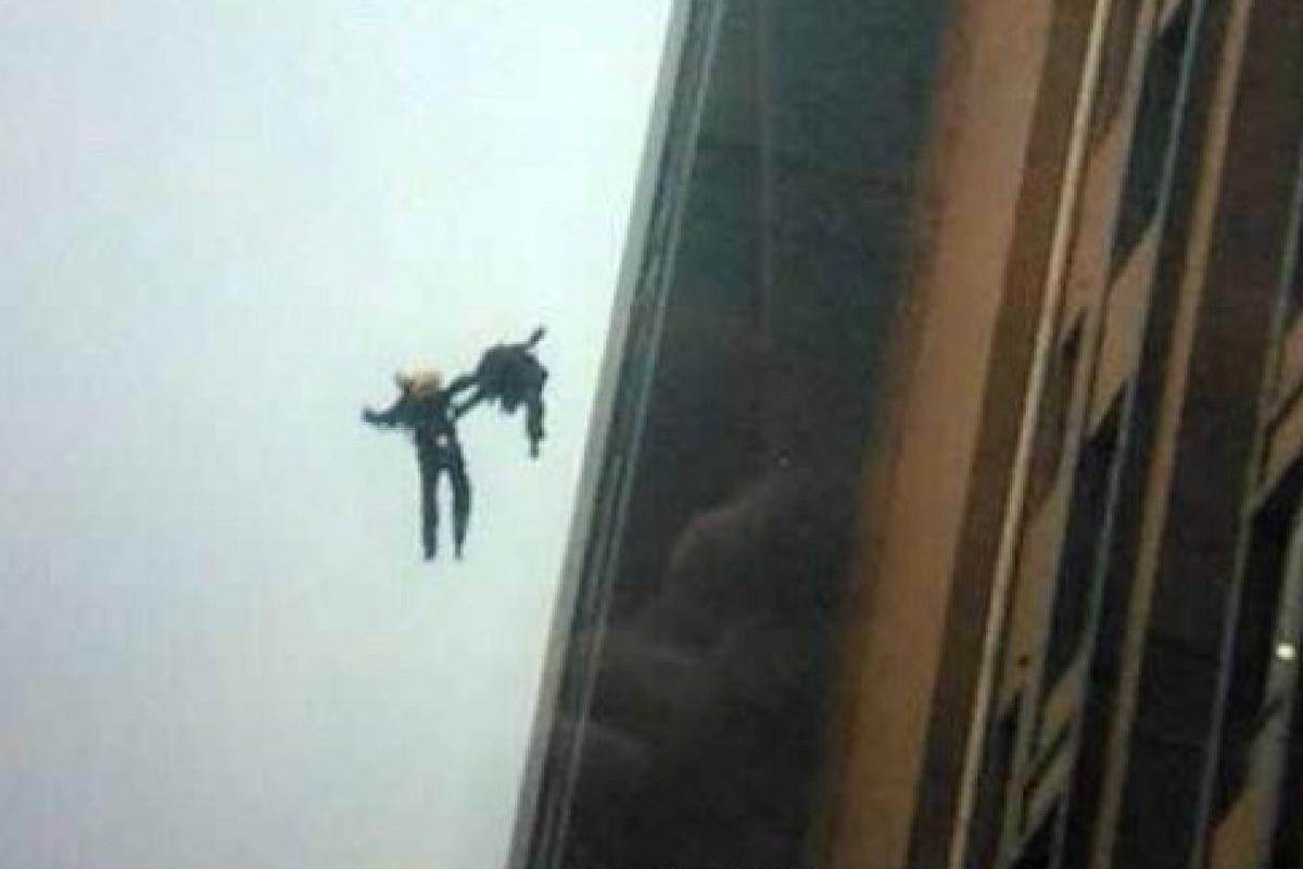 Un copil a căzut de la mare înălțime, chiar de la fereastra apartamentului sau. Incredibil cum s-a terminat totul!