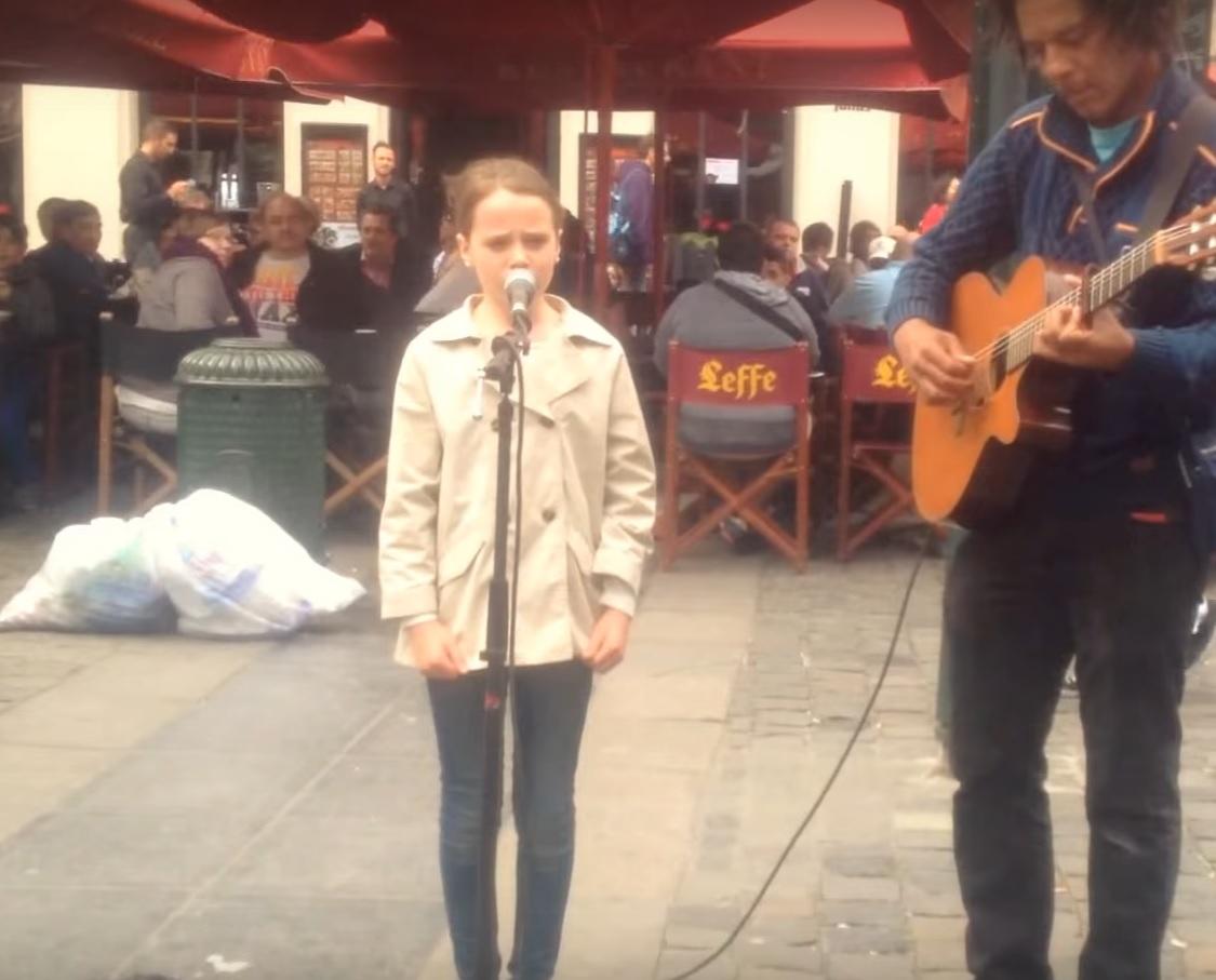 Fetița cu voce de înger! A cântat în plină stradă și a atras toate privirile!