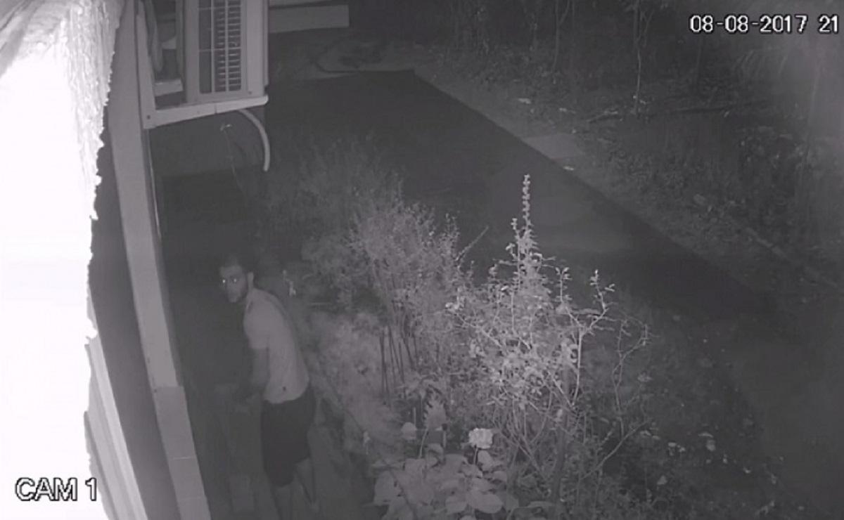 Hoț celebru, filmat în timp ce spărgea o locuință, cu proprietarii în casă!