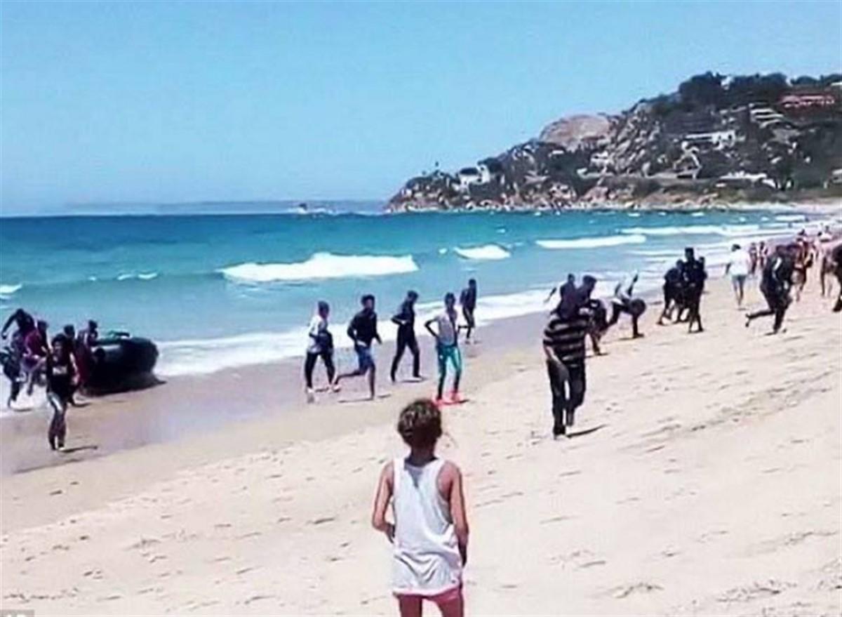 Barca cu imigranți a ajuns pe plajă, iar după câteva secunde a început haosul!