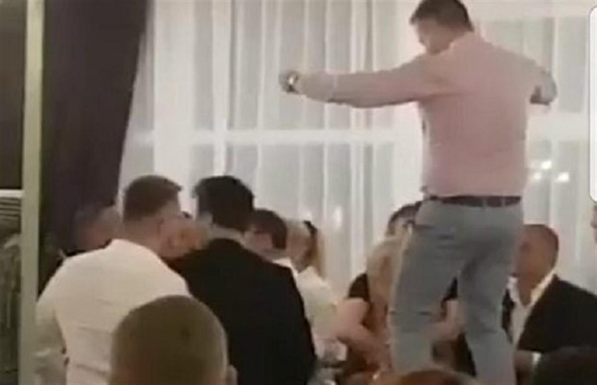Politician important din România, filmat dansând pe masă la petrecerea unui afacerist controversat