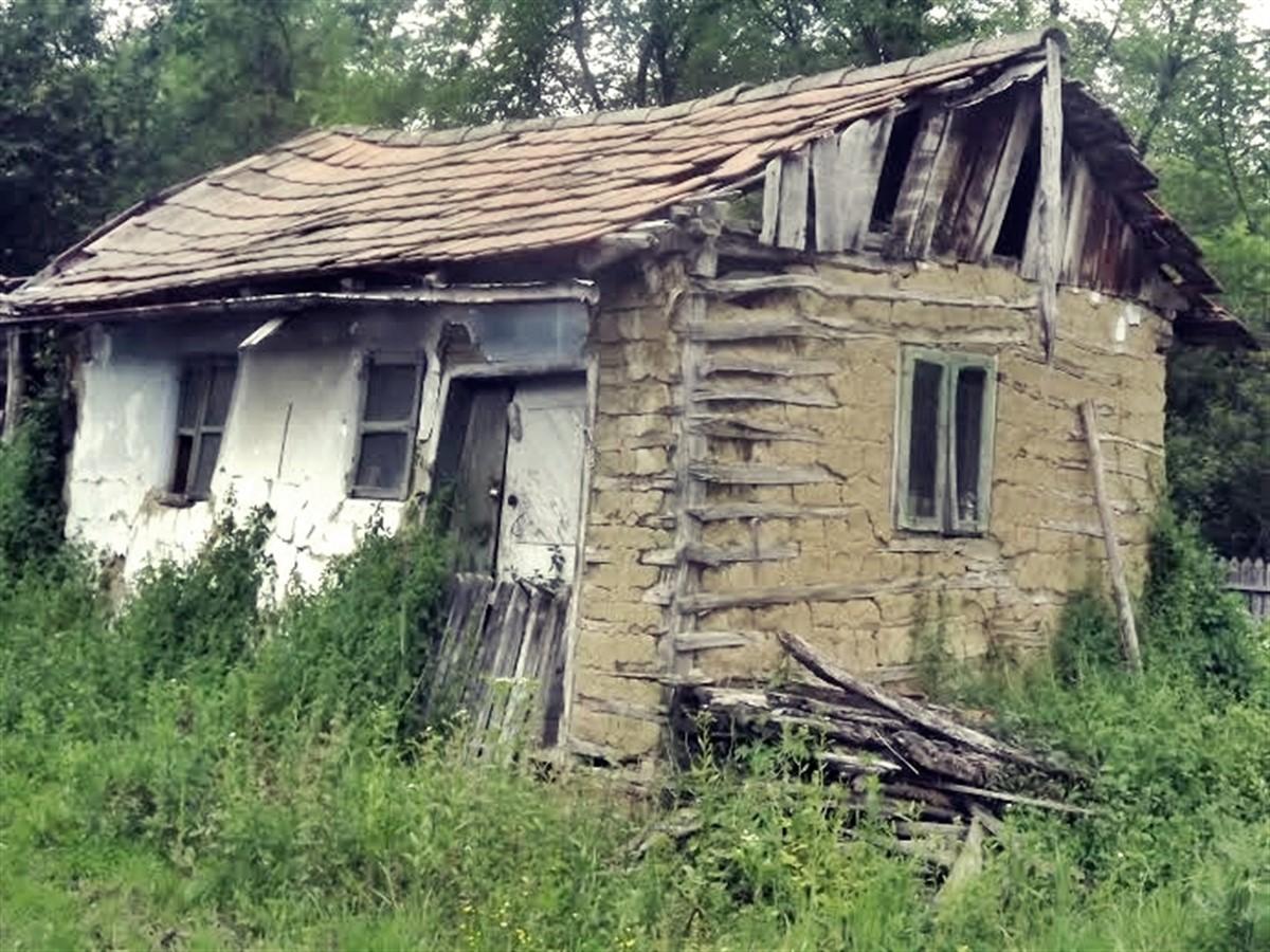 Pare o simplă casă bătrânească, dar când au descoperit ce era sub ea, localnicii satului s-au îngrozit TERIBIL