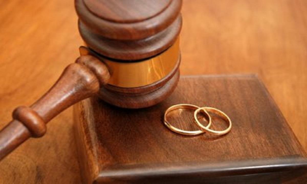 Bărbatul de 44 de ani, de profesie informatician, a dus o viață dublă ani de zile și, deși era căsătorit, a decis să își mai ia o parteneră de viață
