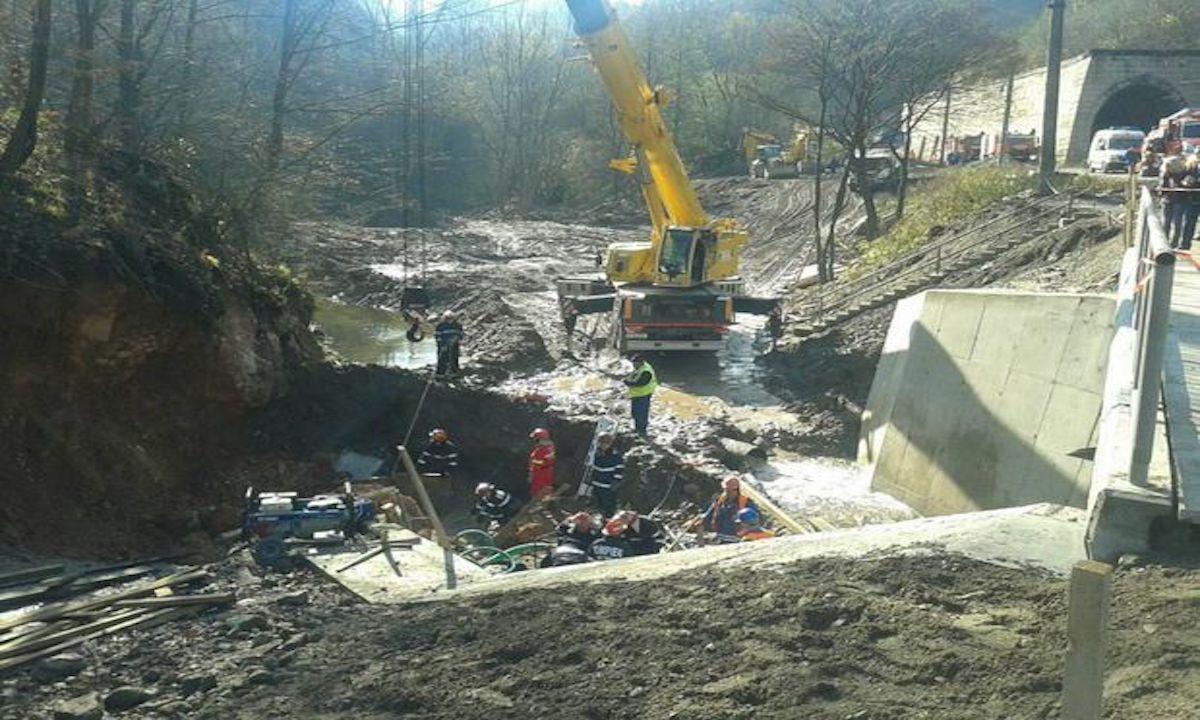 Tragedie într-o localitate din România. Mai mulți muncitori prinși sub un mal de pământ.