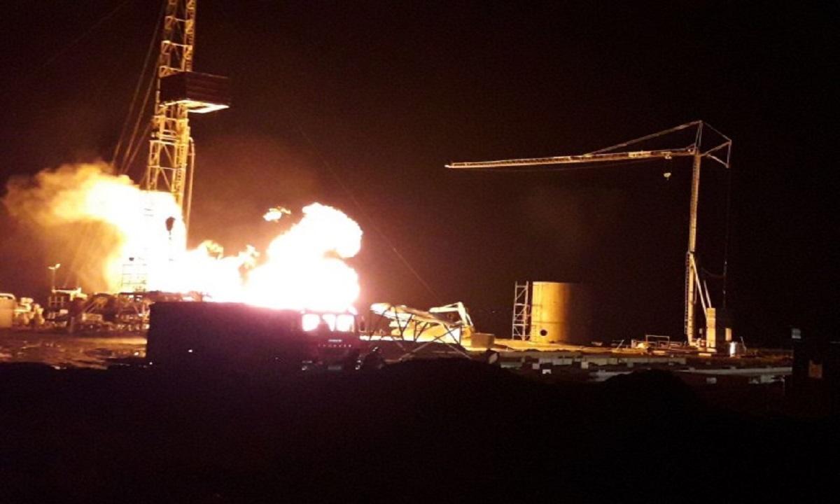 Incendiu puternic în Satu Mare la o sondă de gaze. Pompierii se luptă cu flăcările